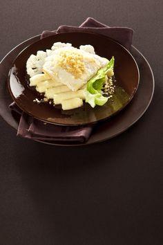 Ingredience: treska 4 kusy (filety), chléb toastový 1 plátek, sýr Parmezán 2 lžíce (nastrouhaný), olej olivový 2 lžíce, citron 1/2 kusu (šťáva a nastrouhaná kůra), sůl, brambory 500 gramů (oloupané), květák 1 kus (malý), smetana na šlehání 1 decilitr, máslo 25 gramů, muškátový květ 1 špetka, pepř (čerstvě mletý), sůl. Toast