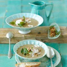 Sahne-Champignon-Suppe - duftend mit frischem Salbei, Ziegenkäse und Walnüssen.