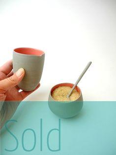 Melk en suiker setje zonder deksel in grijs met koraal rood.