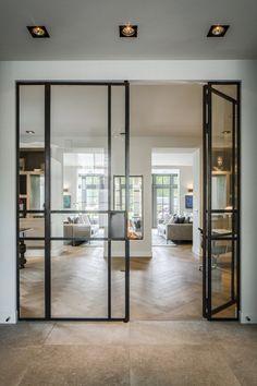 Deze vloer is niet mijn smaak maar het gaat om het idee van overgang en die tussendeur.