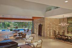"""O guarda-corpo de vidro (Vidromex) exibe as formas limpas e equilibradas da arquitetura em """"L"""". Casa Top, Home And Living, Living Room, Casa Clean, Stucco Homes, My Dream Home, Future House, Architecture Design, House Plans"""