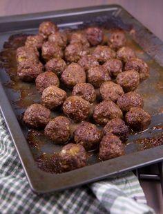 Hemmagjorda köttbullar är det bästa som finns! Jag serveras mina med en gräddsås, lingonsylt, kokt potatis och pressgurka. Svensk husmanskost när den är som bäst, MUMSFILIBABA! Perfekta att frysas in och ta fram när det är dags att äta. Lchf, Meat Recipes, Cooking Recipes, Morrocan Food, Minced Meat Recipe, Zeina, Scandinavian Food, Swedish Recipes, Food For Thought