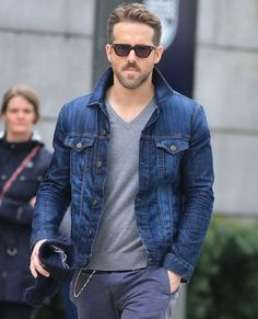 Ryan Reynolds style guide for guys who want to get their rugged on. Learn how Ryan Reynolds likely chooses clothes - plus how he styles his hair. Ryan Reynolds style guide made simple. Jean Jacket Outfits, Denim Jacket Fashion, Denim Jacket Men, Mens Fashion Suits, Rugged Fashion, Jacket Style, Ryan Reynolds Haircut, Ryan Reynolds Style, Henley Shirts