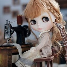 Blythe doll and sewing Machine from web Pretty Dolls, Beautiful Dolls, Little Doll, Hello Dolly, Bratz, Collector Dolls, Custom Dolls, Ball Jointed Dolls, Doll Face