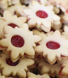 Omlós triplacsokis keksz - Recept | Femina Biscuits, Minion, Snowflakes, Xmas, Menu, Pudding, Cookies, Desserts, Czech Republic