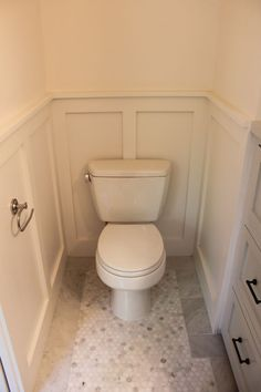 Paint on walls and panelling - Benjamin Moore Atrium White Paint on cabinetry - Benjamin Moore Wickham Gray plus Good Bathroom Design Features. Focus on the paneling/wainscotting. Small Toilet Room, Toilet Wall, Small Bathroom, Master Bathroom, Teen Bathrooms, Amazing Bathrooms, Bad Inspiration, Bathroom Inspiration, Bathroom Paneling