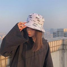 Aesthetic Clothing Stores, Aesthetic Clothes, Aesthetic Grunge, Fishing Hats For Men, Bob Chapeau, Bucket Hat Outfit, Graffiti Prints, Applis Photo, Outfits With Hats