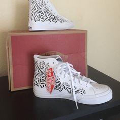 0af92f1ff049f4 Vans White Leaves Cut Out Shoes 7.5 New White Leaf