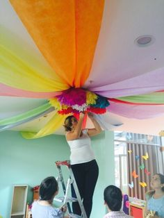 Tutorial how to decorate a party& ceilings using fabrics - Partydeko - Class Decoration, School Decorations, Birthday Decorations, Rainbow Decorations, Tent Decorations, Classroom Design, Classroom Decor, Grad Parties, Birthday Parties