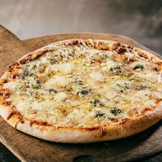 Pizza mozzarella-gorgonzola-chèvre-parmesan et origan Pizza Mozzarella, Four Cheese Pizza, Quiche Muffins, Pizza Sandwich, Flatbread Pizza, Calzone, Stromboli, Crust Recipe, 20 Min