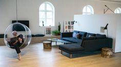 BOBLE: Arkitekten Claus Reinholdt hygger seg i Eero Aarnios Bubble, designet i 1968.
