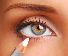 Comment maquiller des yeux enfoncés. Nous n'avons pas toutes la même forme des yeux et celle-ci, en grande mesure, définit les astuces et techniques que nous suivons pour nous maquiller quotidiennement. Il existe des produits de beauté à...
