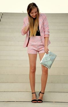 WHITE STAIRS - Blog Vintage life en Vogue summer suit - pink - summer look - chic elegant - silver clutch