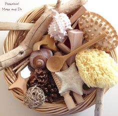 Treasure basket for baby to explore with natural materials. Nursery Activities, Montessori Activities, Infant Activities, Activities For Kids, Baby Sensory Play, Baby Play, Baby Toys, Natural Nursery, Natural Baby