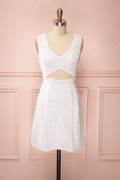 Briallen ♥ Alors que la dentelle blanche donne à cette robe une douce allure, sa coupe rappele l'attitude des fougueuses pin-ups.   While its white lace gives this dress a soft allure, its fit recalls the attitude of the fiery pin-ups.