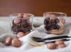 Vasitos de Chocolate y Crema de Almendras con Macarons