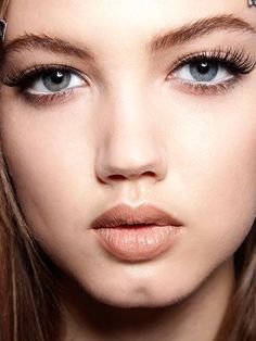 Lindsey Wixson long eyelashes and nude lipstick | allure.com