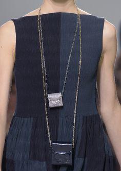 Micro-Taschen als Brustbeutel getragen auf dem Laufsteg bei Hermès
