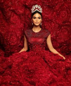 Pia Wurtzbach wears the iconic Mikimoto crown Pia Wurtzbach Style, Casual Dresses, Formal Dresses, Wedding Dresses, Sweater Dresses, Miss Universe 2015, Latest Dress, Beauty Queens, Fashion Models