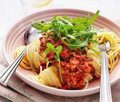 Köttfärssås med spaghetti, en klassisk favorit som är lätt att älska. Purjolök och färs steks ihop i en het panna. För att få till krämigheten adderas den fantastiska pastasåsen med smak av mascarpone. Oregano höjer aromerna i denna rätt. Avnjut tillsammans med nykokt pasta och rucola.