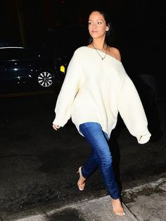It To Rihanna To Make A Chunky Knit Look Chic Rihanna hit the NYC streets in a stylish off-the-shoulder sweater and skinny jeans this week.Rihanna hit the NYC streets in a stylish off-the-shoulder sweater and skinny jeans this week. Rihanna Outfits, Style Rihanna, Mode Rihanna, Rihanna Show, Rihanna Looks, Heels Outfits, Rihanna Casual, Rihanna Fashion, Oversized Sweater Outfit