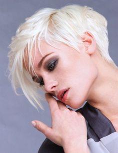 Taglio di capelli asimmetrico corto