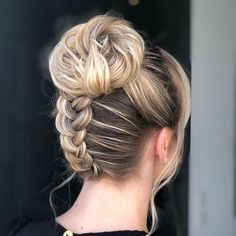'Granny' Hair Trend: Young Women Are Dyeing Their Hair Gray - Haar Ideen Side Braid Hairstyles, Down Hairstyles, Gray Hairstyles, Braids For Short Hair, Short Curly Hair, Granny Hair Trend, Graduation Hairstyles, Wedding Hairstyles, Medium Hair Styles