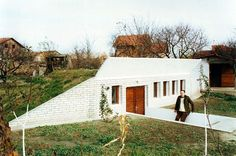 Šta je solarna samogrejna zemunica? Samogrejna ekološka kuća ili solarna zemunica je inovativni princip dizajna pasivne solarne arhitekture, koji predstavljaju stambene objekte visoke energetske ef...