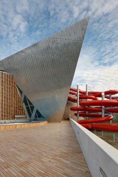 Image 5 of 21 from gallery of Westside Bruennen / Daniel Libeskind. Photograph by Daniel Libeskind Architecture Art Design, Chinese Architecture, Architecture Office, Futuristic Architecture, Architecture Details, Office Buildings, Famous Architecture, Pavilion Architecture, Daniel Libeskind