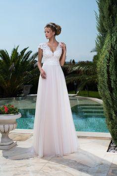 5945a9e6e245 Jednoduché svadobné šaty s jemnou padavou sukňou a čipkovaným vrškom  Svadobné Šaty