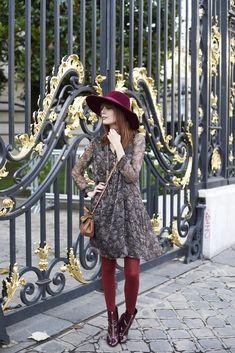 Pandora - Robe légère motifs cachemire, collants rouges et chapeau à larges bords rouge