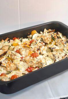Vandaag zijn we een klein beetje in de Griekse sferen met deze groente met feta uit de oven. Dit is een goede manier om veel groente in je avondmaaltijd te verwerken. En het kost je ook nog eens weinig werk want de oven doet het meeste. Een paar lamsworstjes smaken heerlijk hierbij, maar ieder ander…