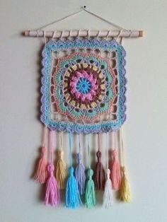 Decorando con humildes grannys cuadrados Learn the fact (generic term) of how to needlework (generic Motif Mandala Crochet, Crochet Wall Art, Crochet Wall Hangings, Crochet Motifs, Crochet Squares, Crochet Home, Cute Crochet, Crochet Crafts, Yarn Crafts