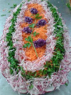 Salada de cenoura ralada, rabanete ralado, rúcula cortada em tiras, flores de repolhos roxo, ramos e folhas de salsinha, e uma salada ...