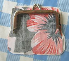 Mä tein sen: Ohje: klipsikukkaro Fabric Handbags, Fabric Bags, Coin Purse Tutorial, Diy Bags Purses, Frame Purse, Purse Patterns, Quilted Bag, Crafts To Do, Printing On Fabric