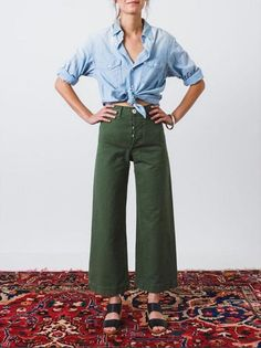 Would You Try Cropped Wide Leg Pants? Have you tried the cropped wide leg pants trend? Majorly cute, and with plenty of vibes, the shape is actually much more flattering than you'd think. Cropped Wide Leg Jeans, Wide Leg Pants, Wide Legs, Cropped Trousers, Wide Pants Outfit, Kamm Pants, Look Fashion, Fashion Outfits, Fall Fashion