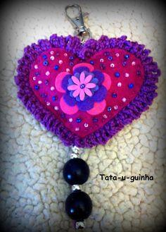 porta-chaves coração em feltro bordado com flores e missangas e debroado a crochet