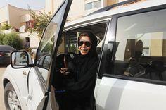 Zehn Peitschenhiebe für eine Autofahrt - in Saudi-Arabien werden Frauen hart bestraft, wenn sie sich ans Steuer setzen. In einem Gutachten liefert ein Geistlicher dafür nun die Begründung: Fahrende Frauen verlieren angeblich ihre Jungfräulichkeit, außerdem könnten sie in die Prostitution abrutschen.