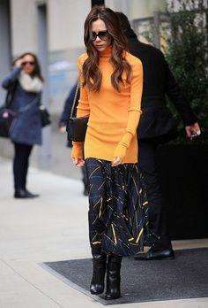 victoria beckham street style - saia midi+boots+blusa