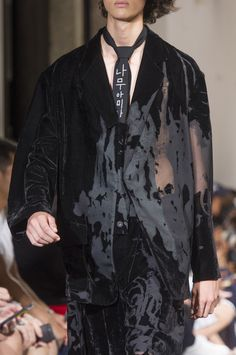Yohji Yamamoto Spring 2018 Mens Fashion Show Details Mens Runway Menswear Co Anti Fashion, Men Fashion Show, Fashion News, Mens Fashion, Fashion Check, Fashion Rings, Yohji Yamamoto, New Street Style, Fashion Details