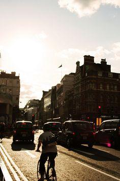Tottenham Court Road. Malabarista Lunar