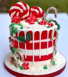 We firmly believe that the best Christmas cake will impress your friends and family. We've collected more than 30 of the best Christmas cake ideas, they are simple and easy to impress. Christmas Cake Decorations, Christmas Sweets, Holiday Cakes, Christmas Baking, Holiday Treats, Christmas Goodies, Pretty Cakes, Cute Cakes, Beautiful Cakes