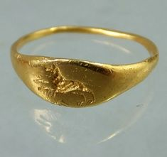 """Ca 200 A. ancient Roman gold ring with an engraved wolf. Measutrement of bezel x mm Ring size : """"J"""" = US 5 Roman Jewelry, Gold Rings Jewelry, Gold And Silver Rings, Medieval Jewelry, Viking Jewelry, Ancient Jewelry, Antique Rings, Antique Jewelry, Vintage Jewelry"""