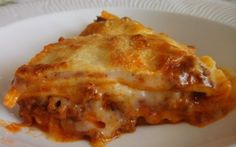 LASAGNA CU CARNE Bechamel, Prosciutto, Sardinia, Ravioli, Mozzarella, Food And Drink, Cooking Recipes, Tasty, Ethnic Recipes
