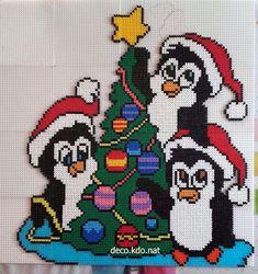 DECO.KDO.NAT: Perles hama: trio de pingouins et sapin Bead Crochet Patterns, Hama Beads Patterns, Beading Patterns, Art Patterns, Loom Patterns, Diy Perler Beads, Perler Bead Art, Plastic Canvas Ornaments, Plastic Canvas Patterns
