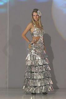 Vestidos de noche elaborados con material reciclados como tecnopor, bolsas de plástico y papel.