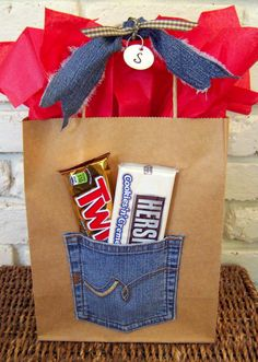denim bag : I just love the idea of using jean pockets to hold extra goodies. Now I just have to find an excuse to throw a western-themed party. I already have the perfect bag for party favors