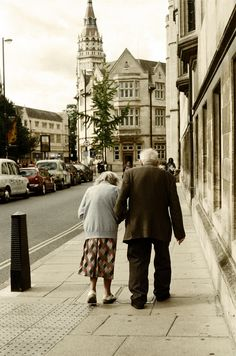 I love old couples in love. Vieux Couples, Old Couples, Couples In Love, Mature Couples, Old Love, This Is Love, Love Is Sweet, Growing Old Together, The Embrace