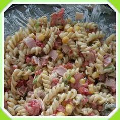 Bekijk de foto van SaskiadeBruijne met als titel Heerlijke koude pasta salade!  Hiervoor kook je 200 gram macaroni naar keuze. Snijd een paprika op kleine blokjes, de lente uitjes op ringetjes, ham op blokjes,  halveer wat cherry tomaatjes en doe er een klein blikje maïs bij. Dit roer je door elkaar met een grote eetlepel mayonaise en een grote eetlepel crème fraise. Als de pasta na het koken is afgekoeld roer je alles door elkaar.   en andere inspirerende plaatjes op Welke.nl.