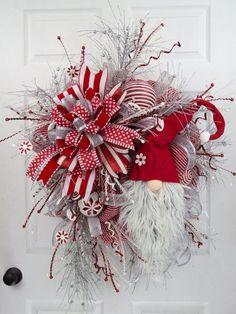 Gnomos navideños paso a paso - Dale Detalles Christmas Swags, Christmas Gnome, Holiday Wreaths, Christmas Projects, Christmas Holidays, Christmas Ornaments, Christmas Door Wreaths, Burlap Christmas, Primitive Christmas